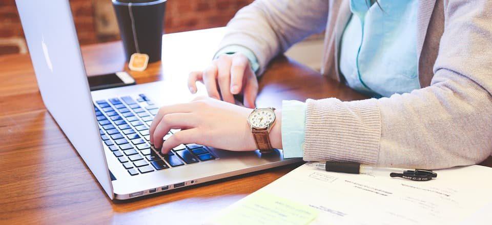 consultant SEO réalisant un audit